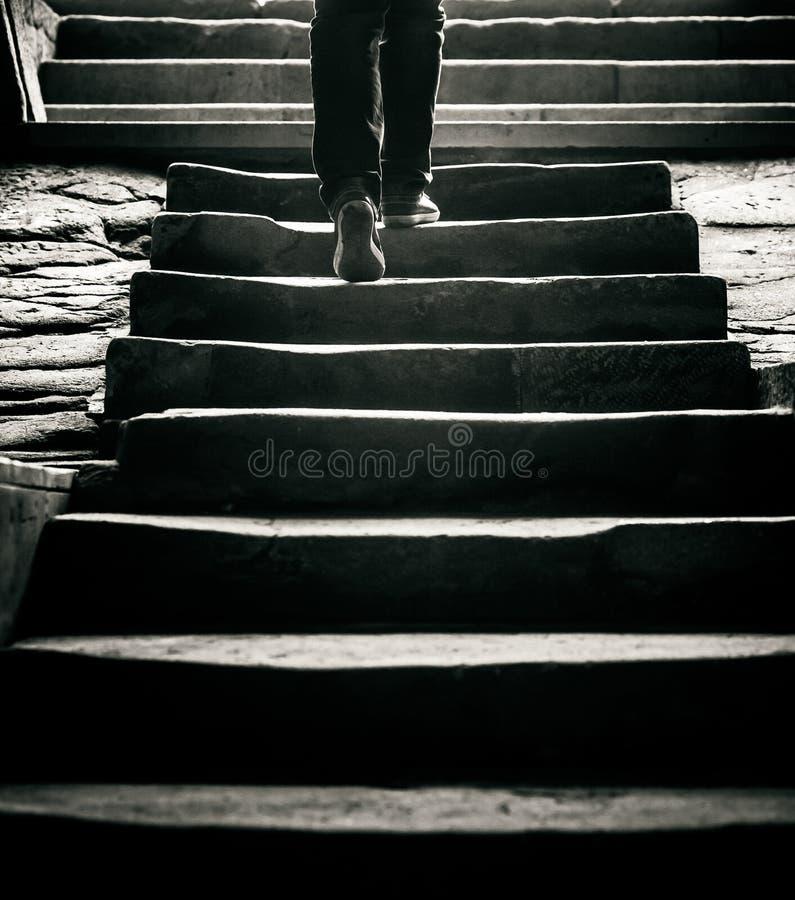 Begrepp: en person går bort förbi trappan till yttersidan royaltyfria bilder