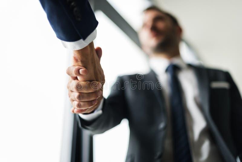 Begrepp för överenskommelse för handskakningaffärsmän arkivfoton