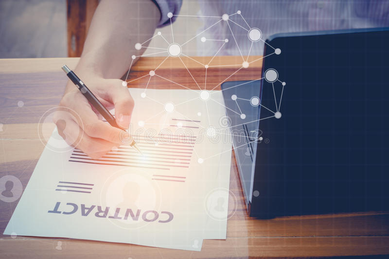 Begrepp för advokat för affärsförsäkring: hand genom att använda pennteckenaffär arkivbild
