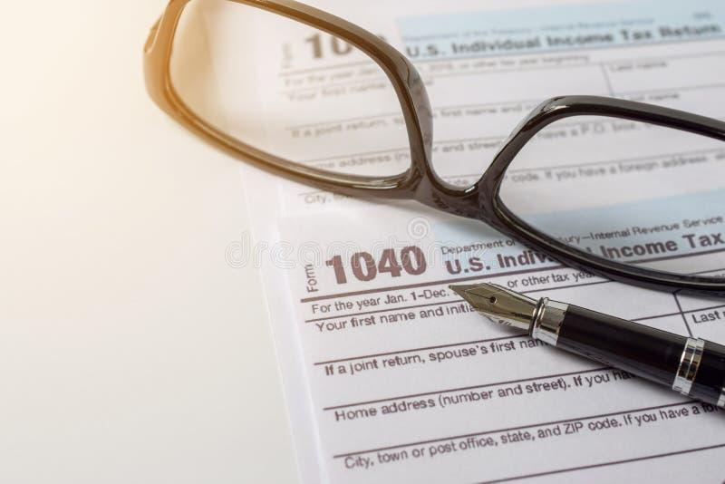 Begrepp för affär för skattform finansiellt med den nära exponeringsglas och pennan - arkivfoton