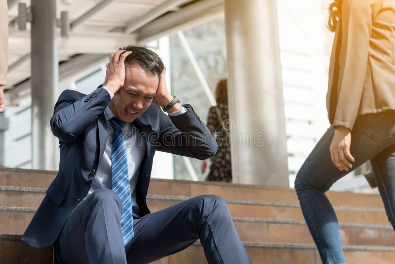 Begrepp för affärsfel: stressat sammanträde för affärsman, problem fotografering för bildbyråer