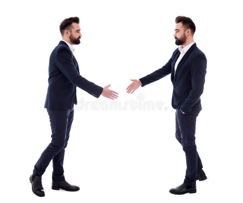 Begrepp för affärsfolk - två samma affärsmän som är klara för handskakningen som isoleras på vit arkivbilder