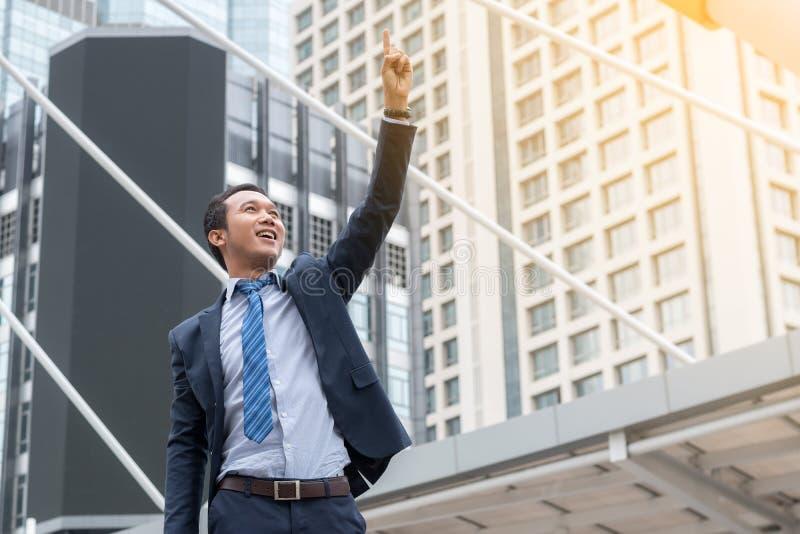Begrepp för affärsframgång: affärsmannen som firar seger, överträffar arkivfoto