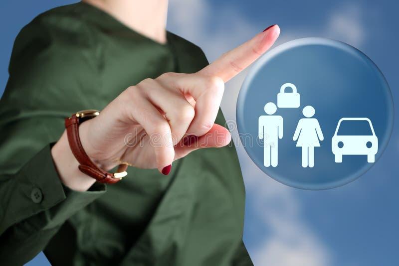 Begrepp för affärskvinnateckningsförsäkring vid en röd penna arkivfoton