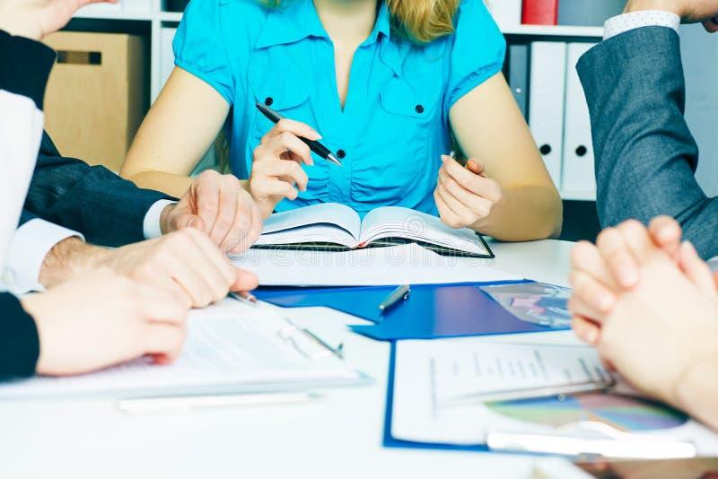 Begrepp för affärslagnätverkande - kontorstabellen med många skrivev ut professionelln som papper kartlägger och händer av ungdom arkivbilder