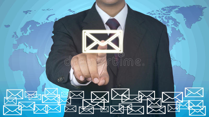 Begrepp för affärsmanhandlagemail arkivbilder
