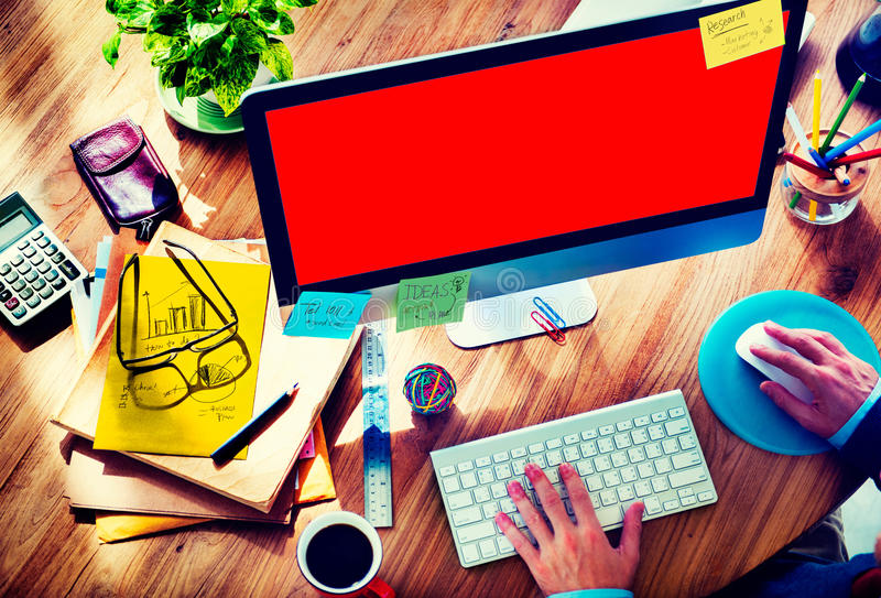 Begrepp för affärsmanWorking Responsive Web design arkivfoto
