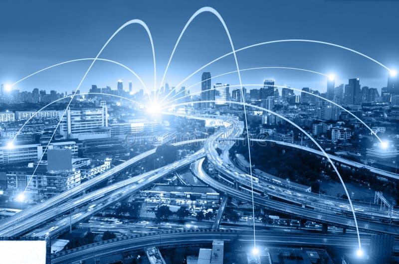 Begrepp för affärsnätverkandeanslutning och Wi-Fi i stad Technol arkivbilder