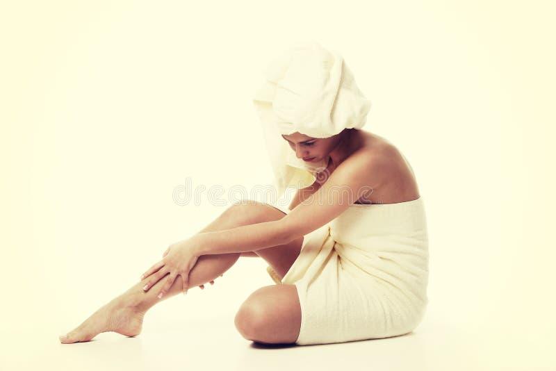 Begrepp för alternativ medicin och kroppbehandling Atractive ung kvinna efter dusch med handduken royaltyfria bilder