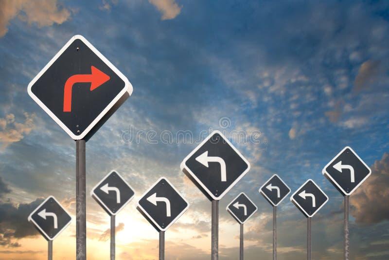 Begrepp för alternativ väg vid trafiktecknet vektor illustrationer