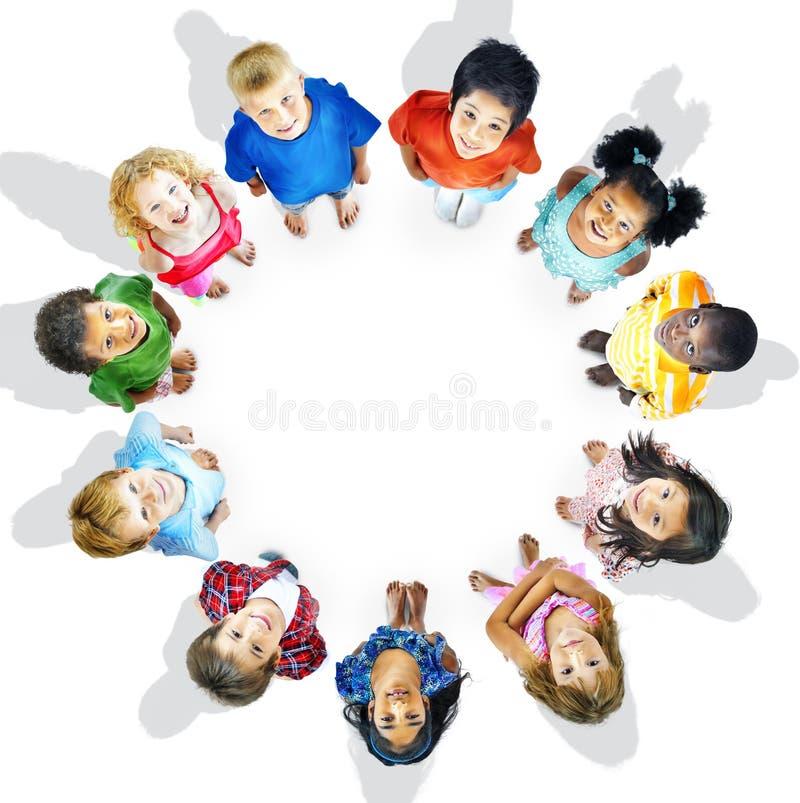 Begrepp för ambition för kamratskap för mångfaldharmlöshetbarn royaltyfria bilder