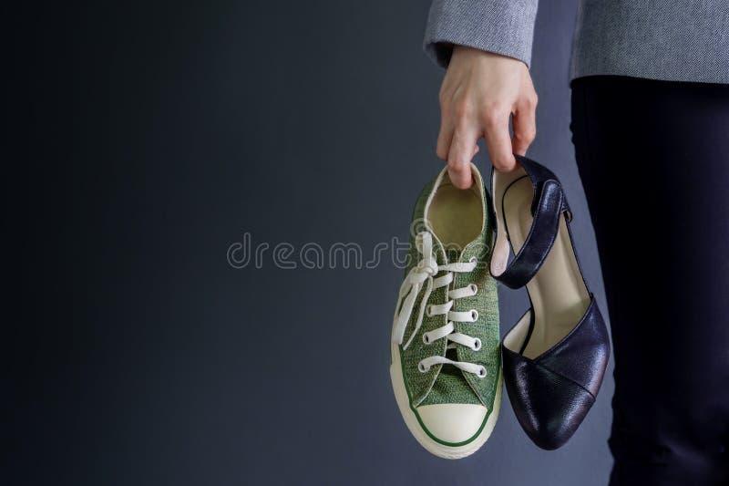 Begrepp för arbetslivjämvikt, gåva av hol för funktionsduglig kvinna för affär royaltyfria foton