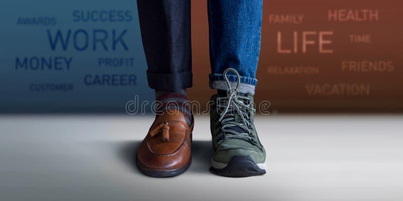 Begrepp för arbetslivjämvikt Lågt avsnitt av ett mananseende med mummel royaltyfri foto