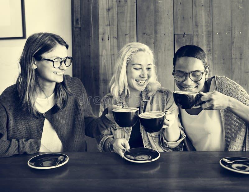 Begrepp för avkoppling för avbrott för kafévänkaffe gladlynt arkivfoton