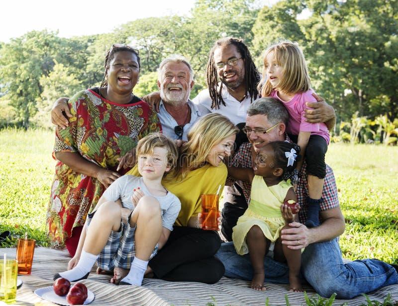 Begrepp för avkoppling för samhörighetskänsla för familjpicknick utomhus arkivfoton