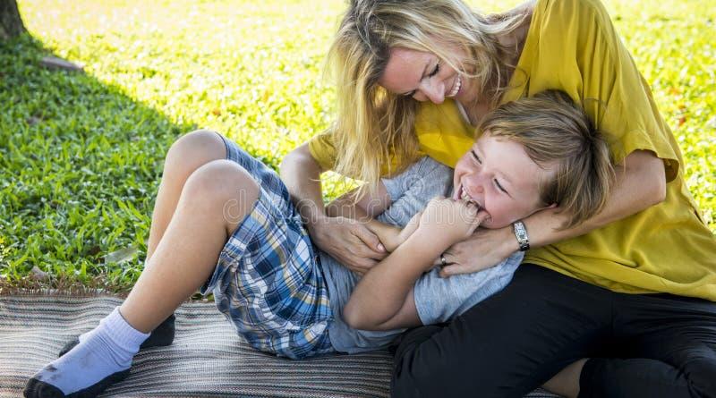 Begrepp för avkoppling för samhörighetskänsla för familjpicknick utomhus arkivbilder