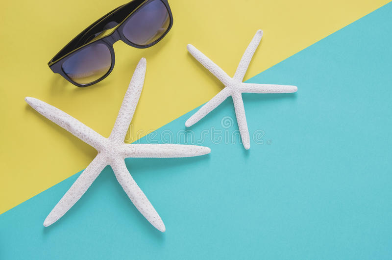 Begrepp för bakgrund för sommarferie minsta Solglasögon starfishe royaltyfria bilder