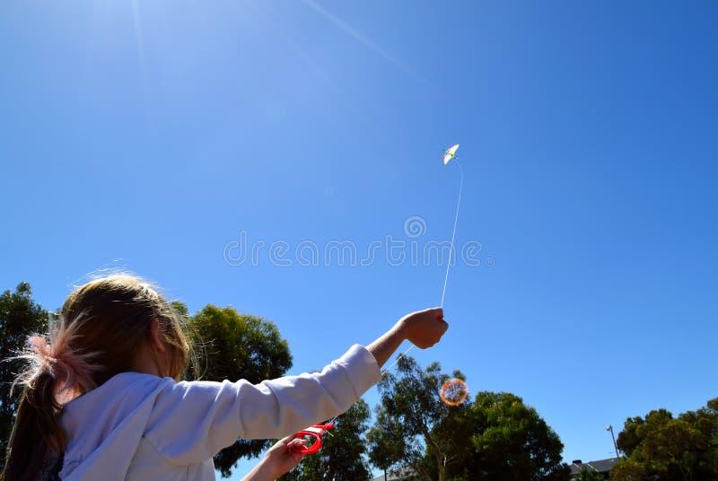 Begrepp för barndom för barnflygdrake lyckligt royaltyfri foto