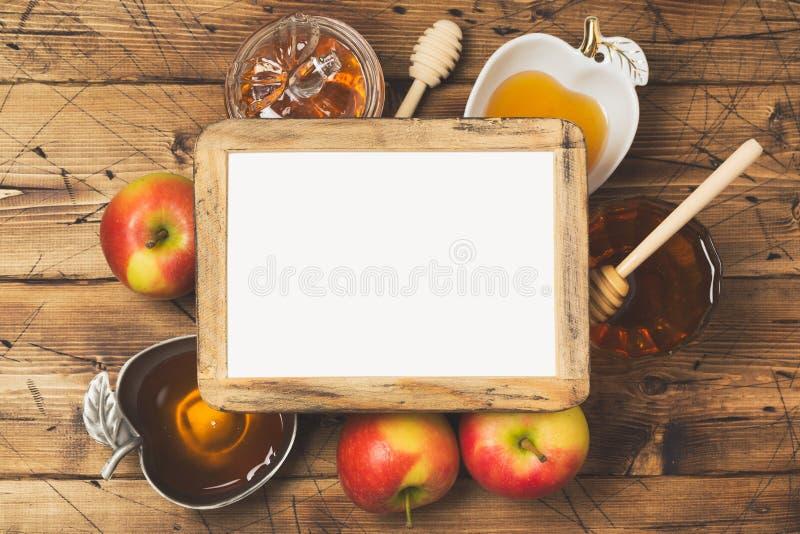 Begrepp för beröm för ferie för nytt år för Rosh hashanah judiskt Honung och äpplen över träbakgrund Top beskådar fotografering för bildbyråer