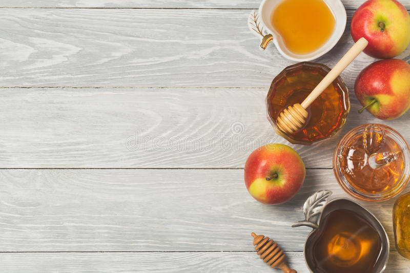 Begrepp för beröm för ferie för nytt år för Rosh hashanah judiskt Honung och äpplen över träbakgrund Top beskådar royaltyfri bild