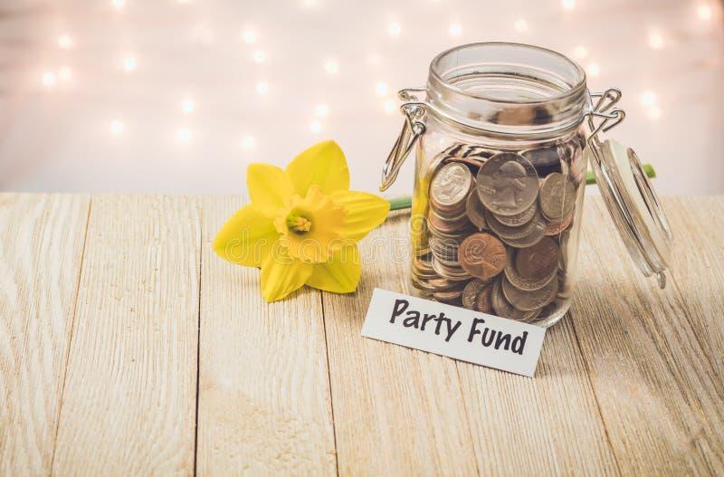 Begrepp för besparingar för krus för partifondpengar motivational royaltyfria bilder