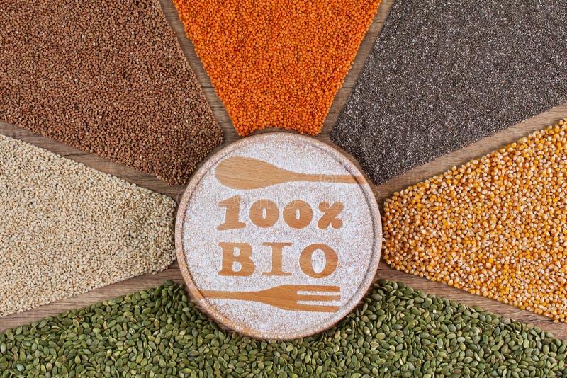 Begrepp för Bio och organisk mat - med färgrika hela korn och frö i radiell ordning arkivbilder