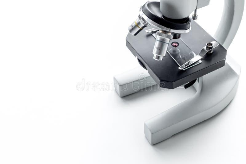 Begrepp för blodprov Droppe av blod under mikroskopet på utrymme för kopia för vitt för bakgrund slut för bästa sikt övre royaltyfri foto