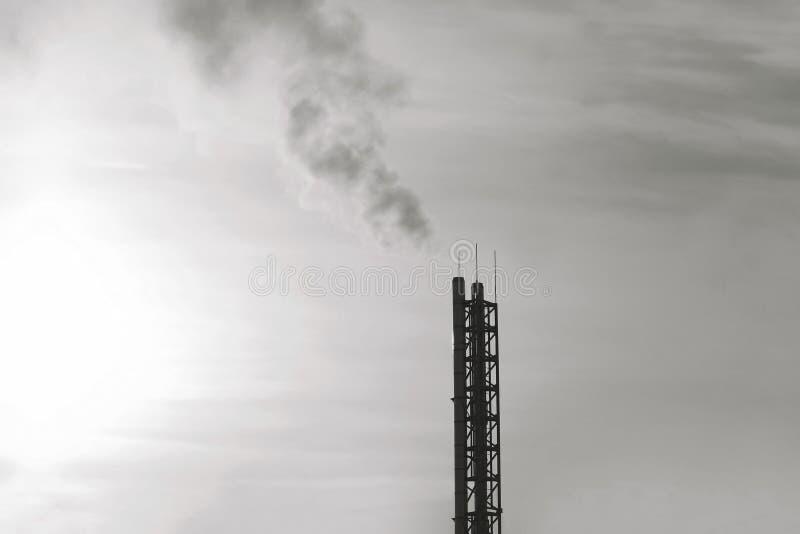Begrepp för bransch och för miljö- problem - rök från rör planterar konturn på solnedgång fotografering för bildbyråer