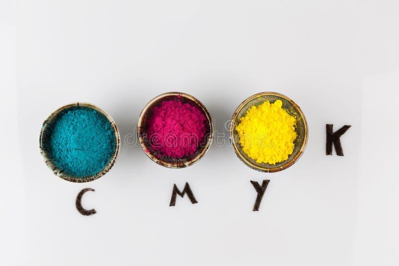 Begrepp för CMYK-färgintrig med pulver på whiteboard royaltyfri fotografi