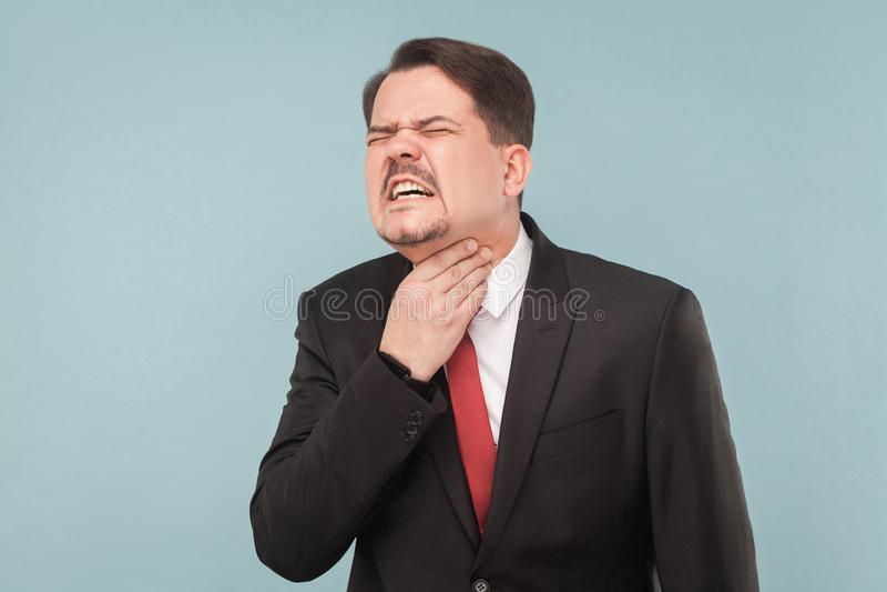 Begrepp för dåliga känslor Affärsmannen har halsen att smärta arkivbild