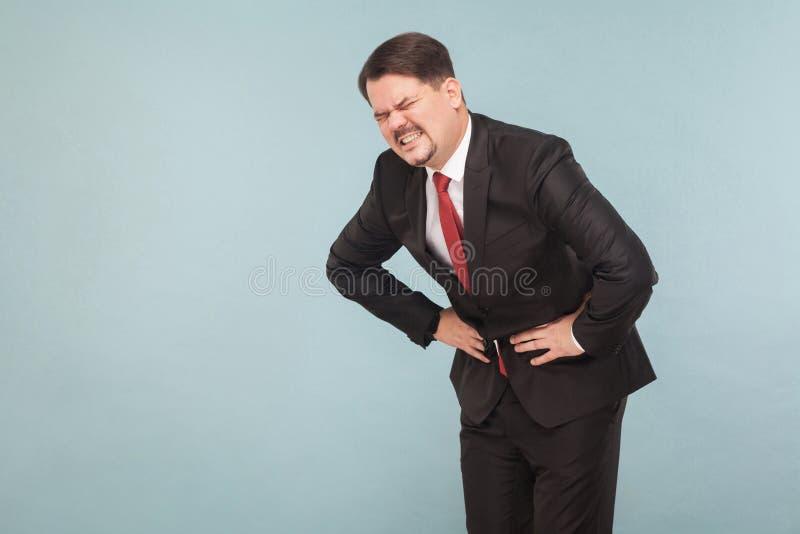 Begrepp för dåliga känslor Affärsmannen har magen att smärta arkivfoto