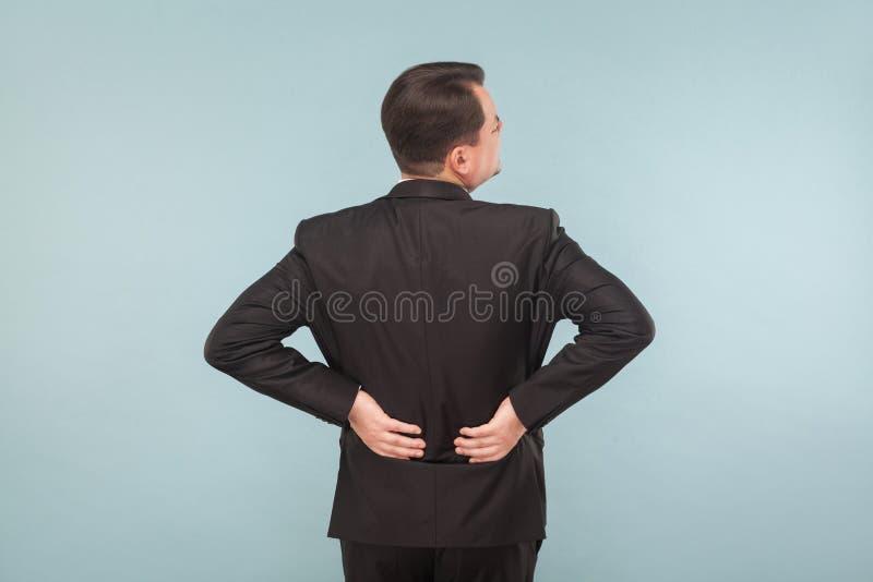 Begrepp för dåliga känslor Affärsmannen har tillbaka, rygg smärtar royaltyfria foton