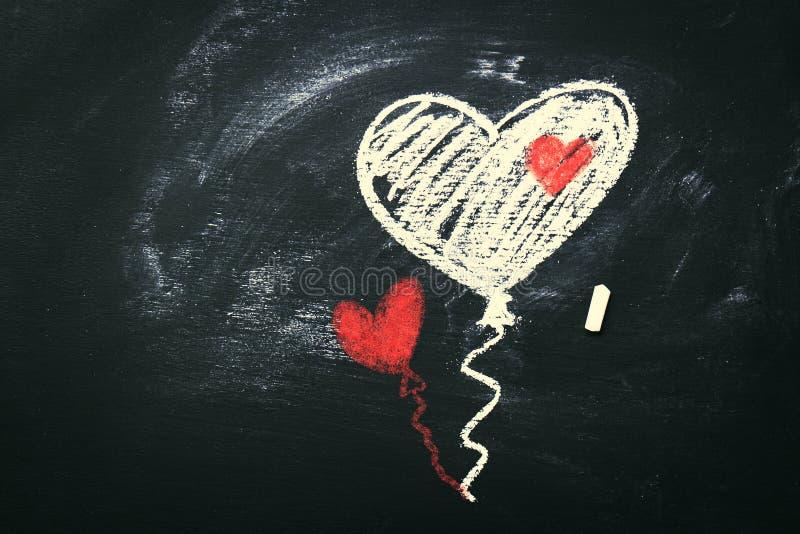 Begrepp för dag för idérik förälskelse- eller valentin` s med ballonger i hjärta royaltyfri foto