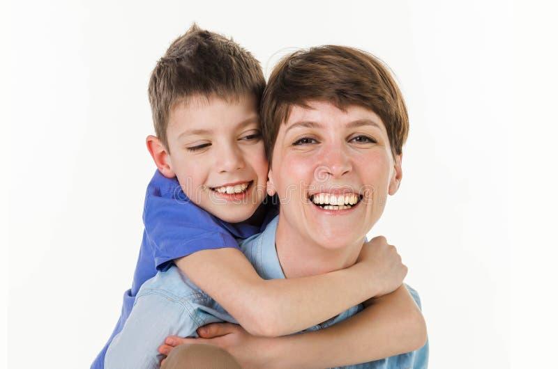 Begrepp för dag för moder` s: Lycklig le moder och son royaltyfria bilder