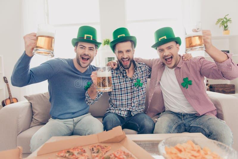 Begrepp för dag för St Patrick ` s Gladlynta grabbar som dricker öl arkivbilder