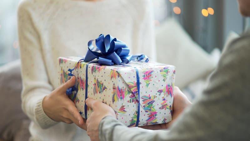 Begrepp för dag för valentin` s Ett älska par som firar dag för valentin` s i restaurangen Vänner ger sig gåvor royaltyfria foton