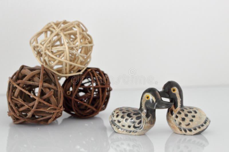 Begrepp för dag för valentin` s Koppla ihop förälskat, det precis gift eller bröllopsresa begreppet Par av leksaken för stenmanda arkivbild