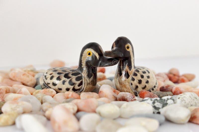 Begrepp för dag för valentin` s Koppla ihop förälskat, det precis gift eller bröllopsresa begreppet Par av leksaken för stenmanda royaltyfri foto