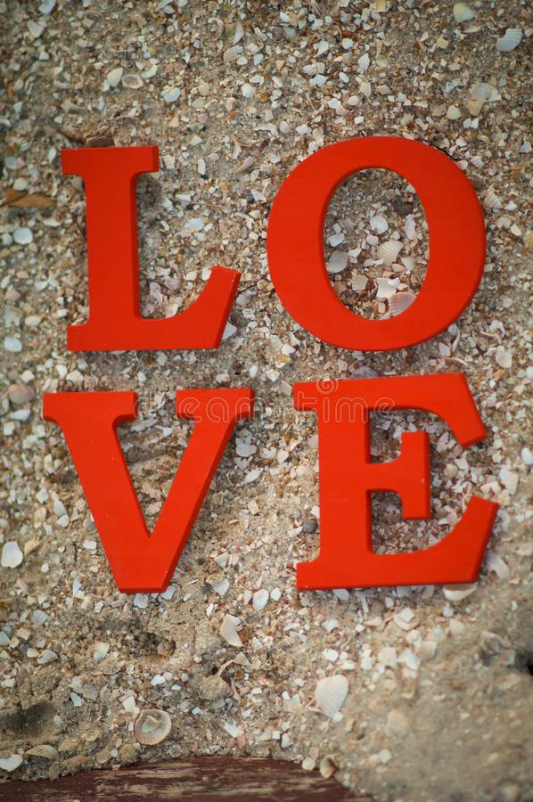 Begrepp för dag för valentin` s med träbokstavsförälskelse arkivbild