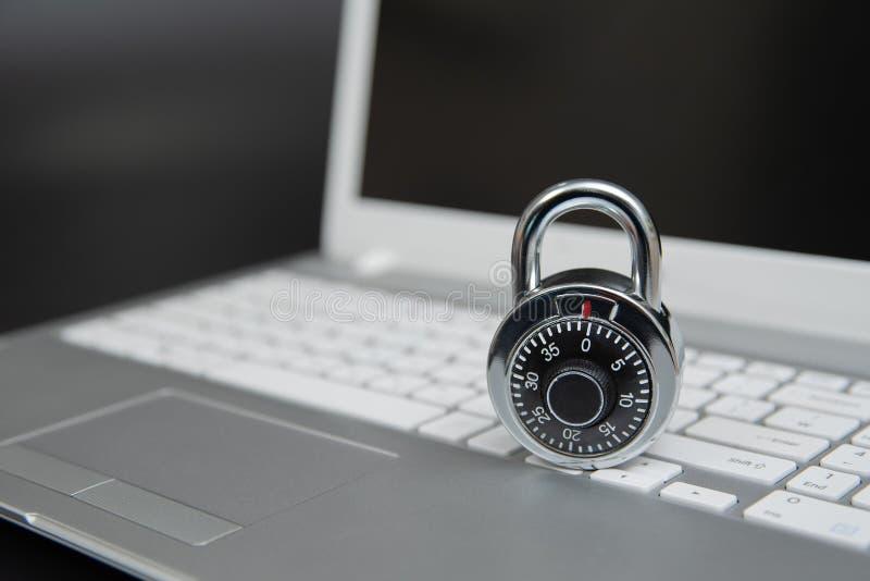 Begrepp för datorsäkerhet, hänglås på bärbar datortangentbordet arkivfoto