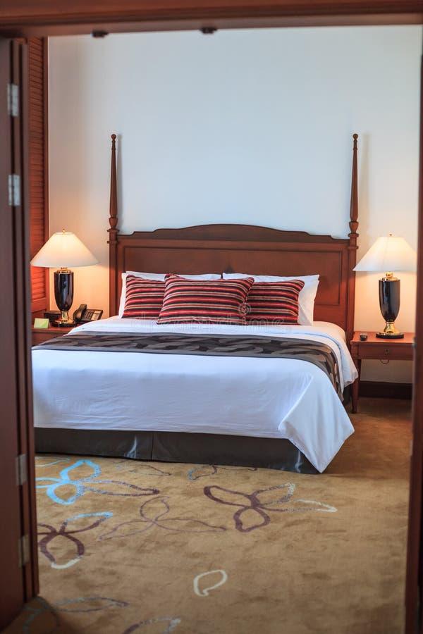 Begrepp för design för garnering för inre för möblemang för servicebostad för dubbel för konungformatsäng för rum för hotell läge arkivfoton