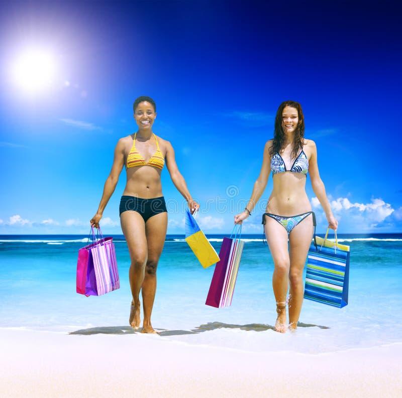 Begrepp för detaljhandel för semester för strand för kvinnashoppingpåsar tropiskt royaltyfria foton