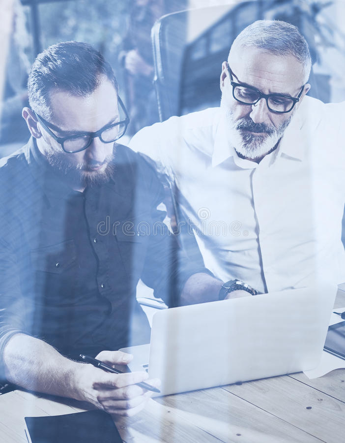 Begrepp för dubbel exponering Lag av affärsfolk som gör stor arbetsdiskussion i studio Skäggig ny manuppvisning för barn arkivbild