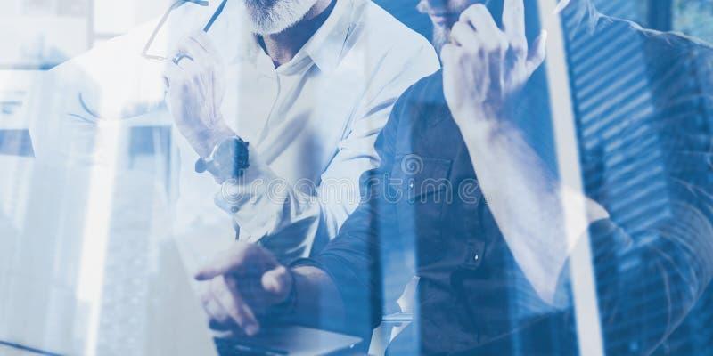 Begrepp för dubbel exponering Lag av affärsfolk som gör stor arbetsdiskussion Två skäggiga coworkers som arbetar med mobilen royaltyfri bild