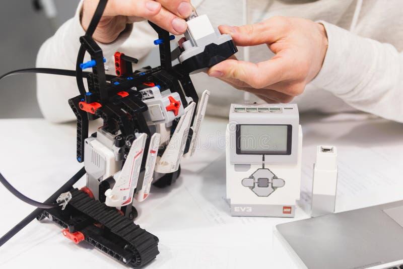 Begrepp för enhet för Lego Eve robotteknikmechatronics arkivfoton