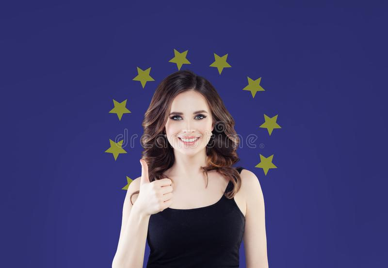 Begrepp för europeisk union med den lyckliga kvinnavisningtummen upp arkivbild