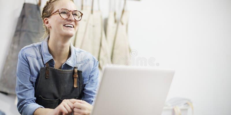 Begrepp för expertis för slugt förkläde för vas för hantverkareCeramist kvinnligt fotografering för bildbyråer