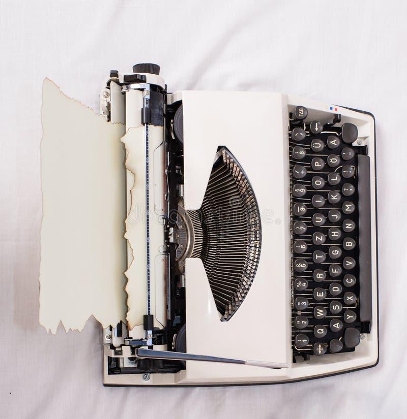 Begrepp för förälskelsebokstav Skrivmaskin och gammalt stycke av vita sängark för papper Fördelen som den är författaren, är bekv royaltyfri foto