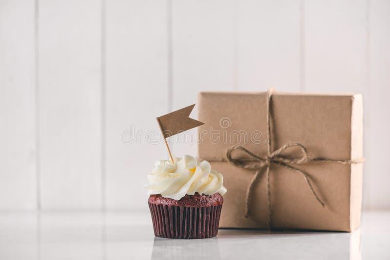 Begrepp för faderdag Läcker idérik muffin- och gåvaask på arkivfoto