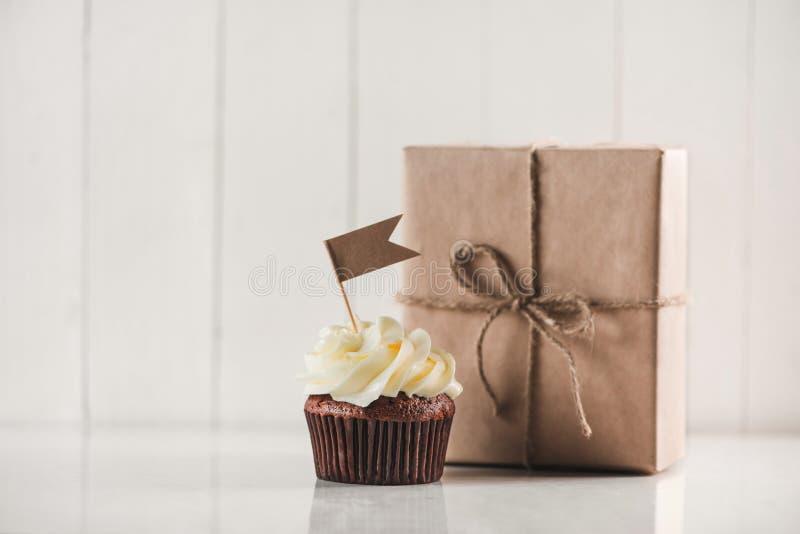 Begrepp för faderdag Läcker idérik muffin- och gåvaask på royaltyfria bilder